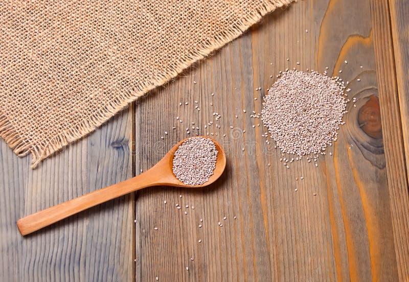 Semillas sanas de Chia en cuchara de madera en la tabla de madera Visión superior imagen de archivo