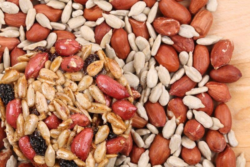 Semillas y nueces escarchadas redondas con los cacahuetes. imagenes de archivo
