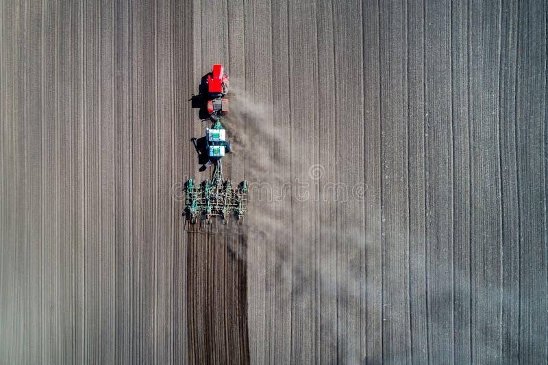 Semina del trattore nel campo fotografia stock