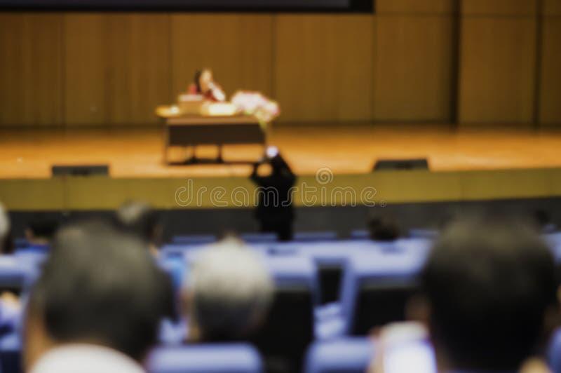 Seminaries voor vele mensen en zakenlieden in het belangrijkste auditorium om over online zakelijke bewerkingen en het gebruik va stock afbeelding