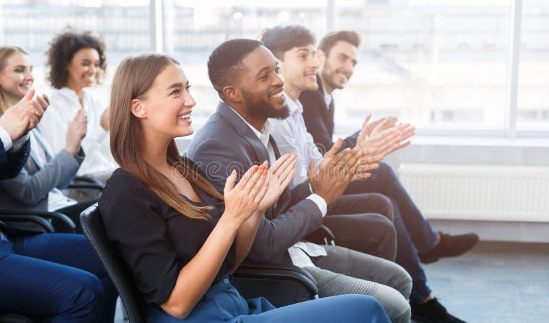 Seminario del negocio Colegas que aplauden las manos en oficina imagen de archivo