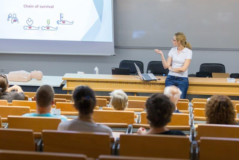 Seminarium för cardiopulmonary återuppväckande för instruktörundervisningförsta hjälpen royaltyfria bilder