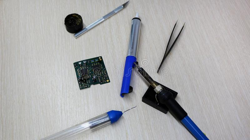 Seminarium på reparation av hushållanordningar, elektronik och processorer löda brädelödkolv som beträffande-löder chiper, arkivfoton