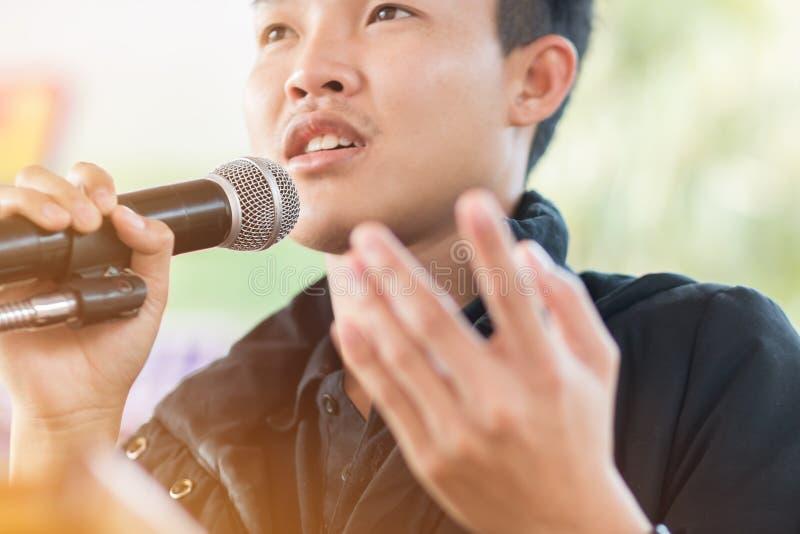Seminariumkonferensbegrepp: Anförande för smart affärsman och tala med mikrofoner i seminariumrum eller talande konferenskorridor arkivbild