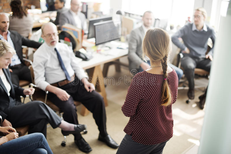 Seminariummötekontor som arbetar företags ledarskapbegrepp arkivbild