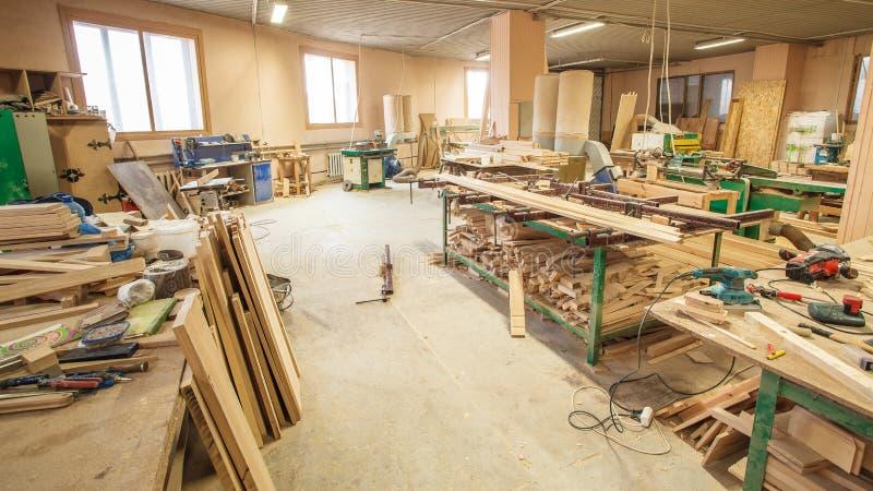 Seminariumproduktion av trädörrar royaltyfria bilder