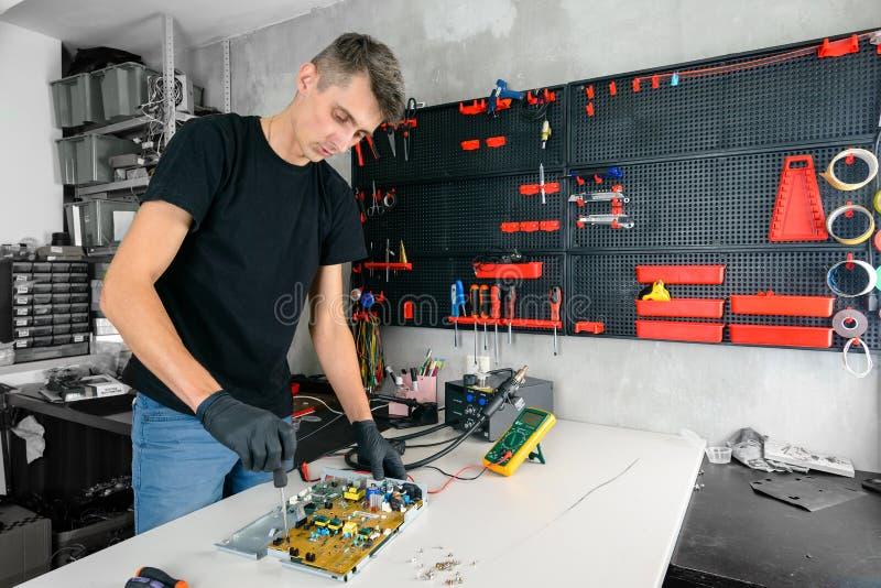 Seminariumreparation bärbar datorslutet upp ledar- knipamaskinvara arkivfoto