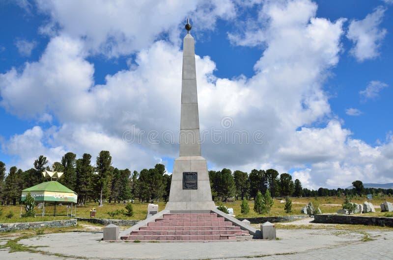 Seminsky-Durchlauf, Altai-Republik, Russland, August, 18, 2016 Ein Stele zu Ehren des 200. Jahrestages des Zuganges von Altai Rep lizenzfreies stockfoto
