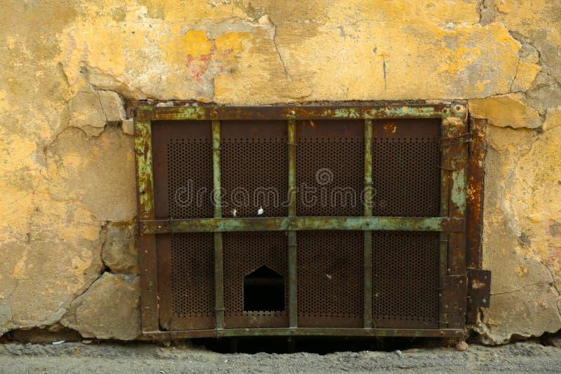 Dentro Un Vecchio Fabbricato Industriale, Seminterrato ...