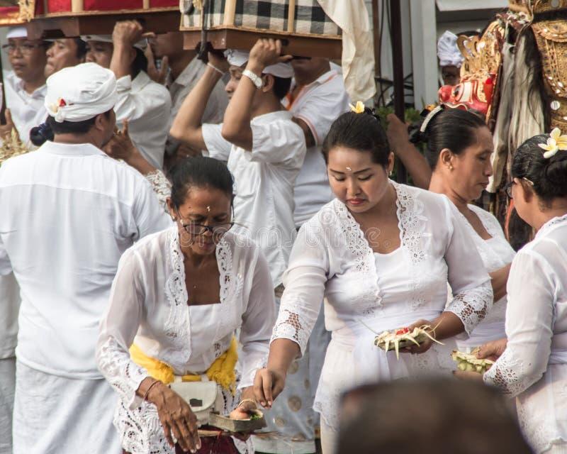 Seminyak Bali, Indonesia - 8 de marzo de 2016: Gente hindú del Balinese que realiza ceremonia ritual fotos de archivo libres de regalías
