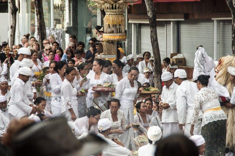 Seminyak Bali, Indonesia - 8 de marzo de 2016: Gente hindú del Balinese que realiza ceremonia ritual fotografía de archivo libre de regalías