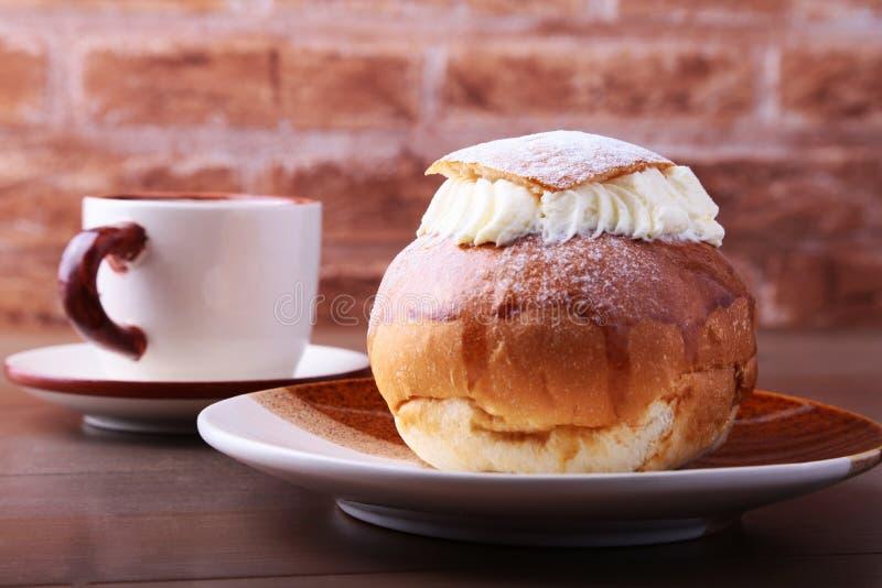 Semla sueco, tradicional Shrove o bolo, consiste no pão integral claro com enchimento da pasta e do chantiliy da amêndoa copo imagem de stock