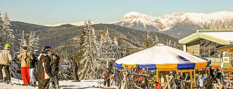 Semmering Österrike i vinter Folket som skidar på snö, täckte lutningen i österrikiska fjällängar Berg skidar semesterorten - nat royaltyfria bilder