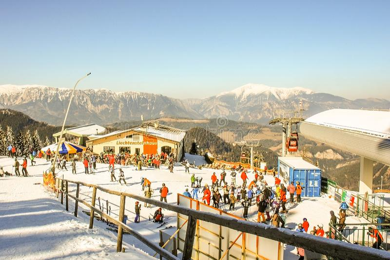 Semmering Österrike i vinter Folket som skidar på snö, täckte lutningen i österrikiska fjällängar Berg skidar semesterorten - nat royaltyfri foto