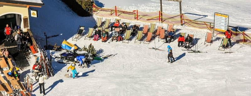 Semmering Österrike i vinter Folket som skidar på snö, täckte lutningen i österrikiska fjällängar Berg skidar semesterorten - nat arkivfoto