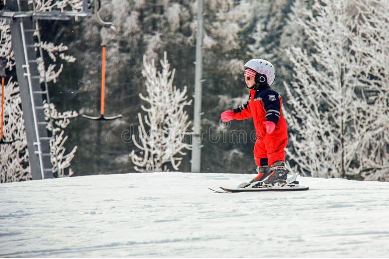 Semmering, Αυστρία Ένα παιδί κάνει σκι στη χιονισμένη κλίση στις αυστριακές Άλπεις Χιονοδρομικό κέντρο βουνών στοκ φωτογραφία με δικαίωμα ελεύθερης χρήσης