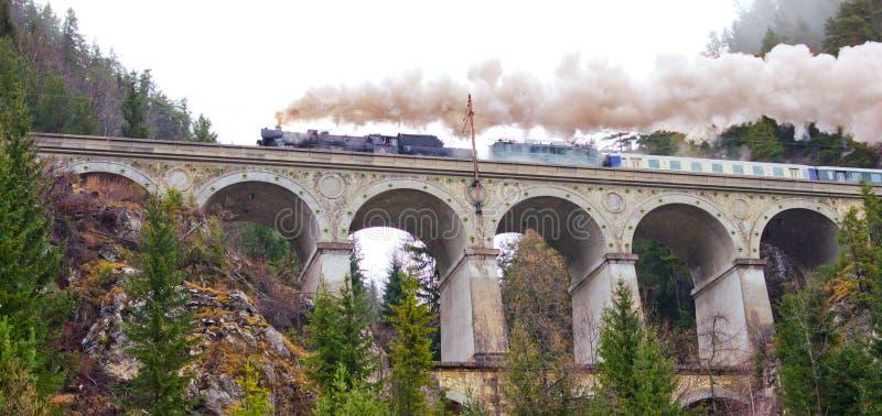 Semmering Eisenbahn. Aquädukt in den österreichischen Alpen. lizenzfreie stockfotografie