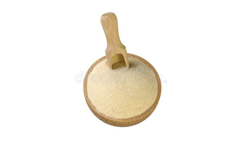 Semolina στο ξύλινο κύπελλο και σέσουλα που απομονώνεται στο άσπρο υπόβαθρο διατροφή βιο φυσικό συστατικό τροφίμων r στοκ εικόνα