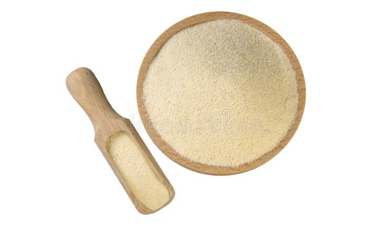 Semolina στο ξύλινο κύπελλο και σέσουλα που απομονώνεται στο άσπρο υπόβαθρο διατροφή βιο φυσικό συστατικό τροφίμων r στοκ εικόνες
