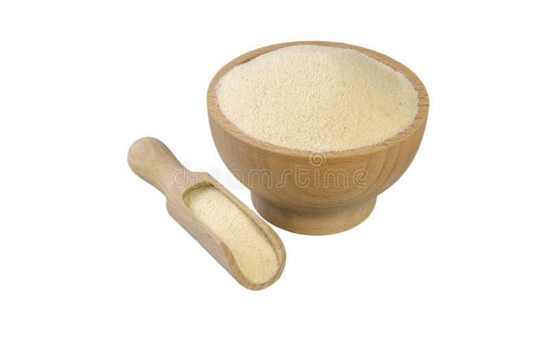 Semolina στο ξύλινο κύπελλο και σέσουλα που απομονώνεται στο άσπρο υπόβαθρο διατροφή βιο φυσικό συστατικό τροφίμων στοκ φωτογραφίες