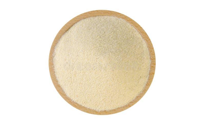 Semolina στο ξύλινο κύπελλο που απομονώνεται στο άσπρο υπόβαθρο διατροφή συστατικό τροφίμων r στοκ εικόνα με δικαίωμα ελεύθερης χρήσης