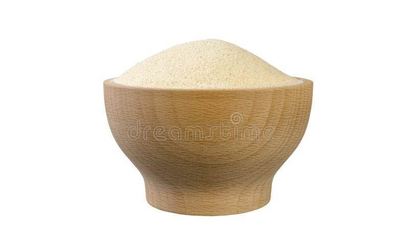Semolina στο ξύλινο κύπελλο που απομονώνεται στο άσπρο υπόβαθρο διατροφή συστατικό τροφίμων r στοκ εικόνες με δικαίωμα ελεύθερης χρήσης