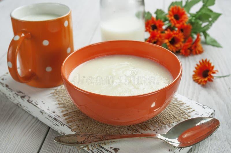 Semoule avec du beurre photos stock