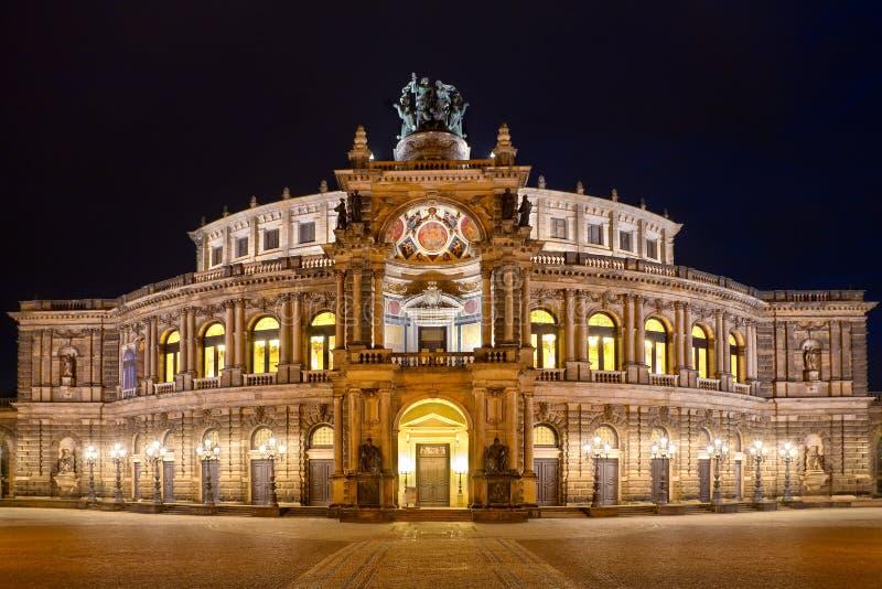 Semper operahus (Semperoper) vid natten, Dresden arkivbild