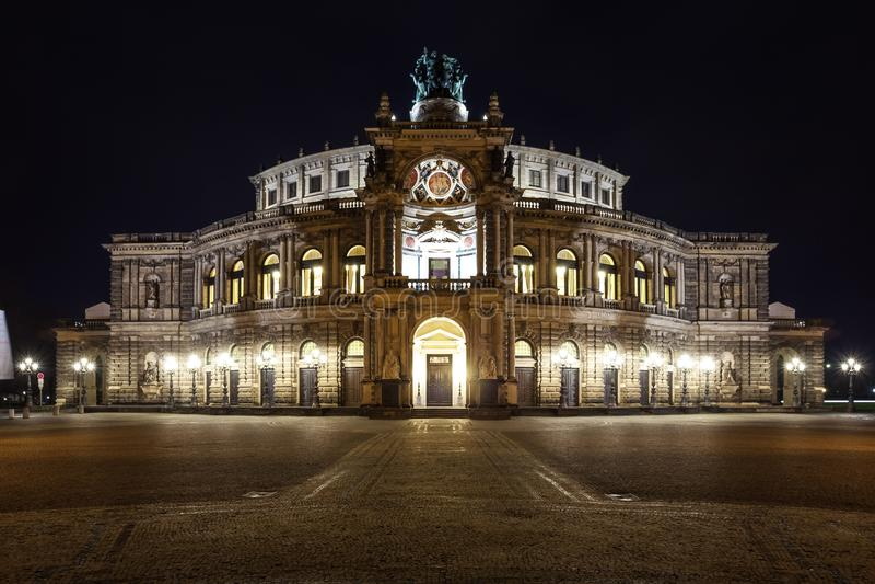 Semper-Opernhaus nachts in Dresden; Deutschland lizenzfreies stockfoto