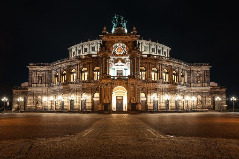 Semper-Opernhaus nachts in Dresden; Deutschland lizenzfreies stockbild