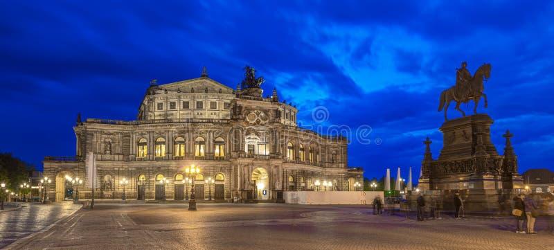 Semperoper Dresden na noite fotografia de stock royalty free