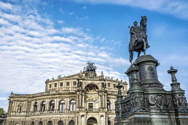 Semperoper och staty av konungen Johann, Dresden, Tyskland royaltyfria bilder