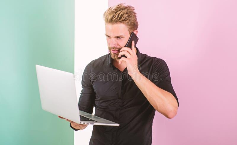 Sempre em linha Benefícios móveis do Internet A cobertura móvel ajuda a ser sempre dentro toque Os dispositivos mantêm o homem fi imagens de stock royalty free
