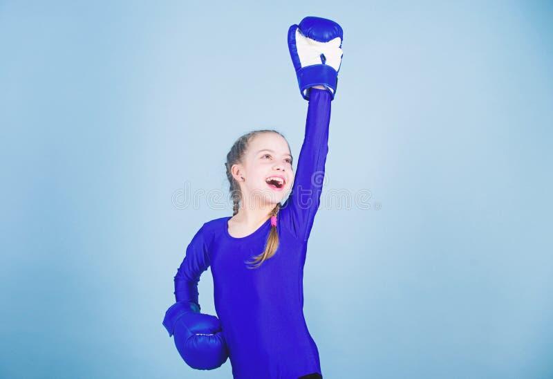 Sempre na boa forma Sucesso do esporte Forma do Sportswear Exerc?cio do pugilista pequeno da menina KO de perfura??o Inf?ncia fotos de stock