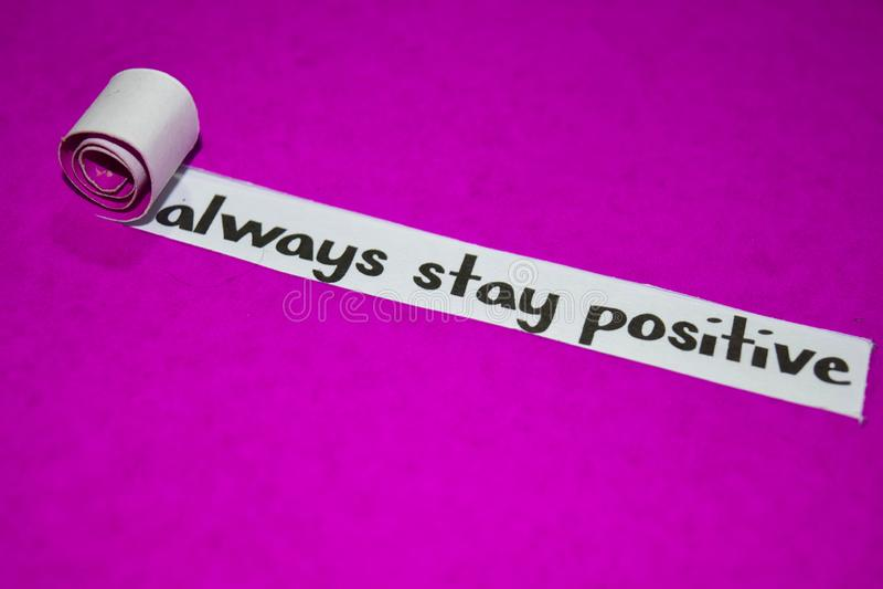 Sempre texto positivo da estada, conceito da inspiração, da motivação e do negócio no papel rasgado roxo fotos de stock
