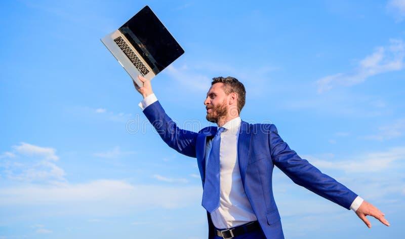 Sen Biznesmen inspirujący przedsiębiorca czuje potężny iść zmieniać świat Mężczyzna inspirujący trzyma laptop above zdjęcia stock