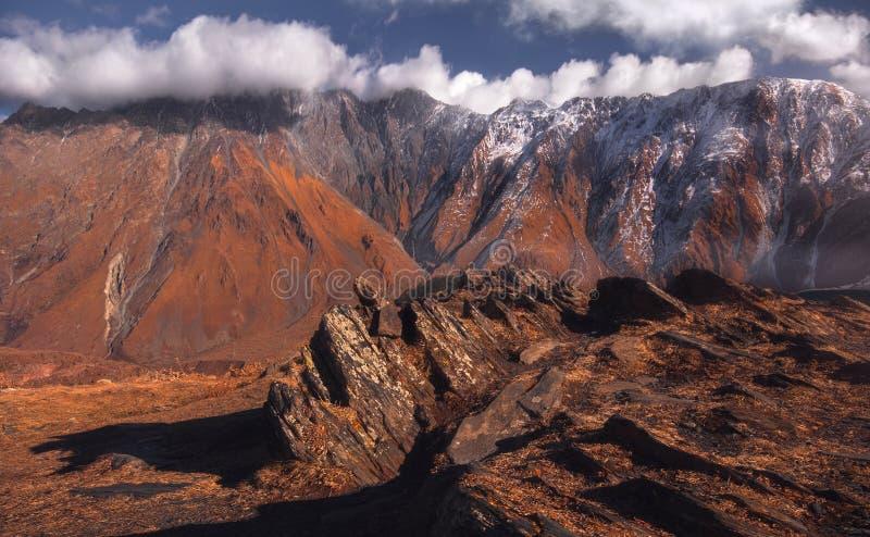 Sen höstsikt av Kaukasus berg royaltyfri foto