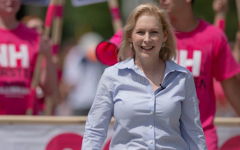 Sen Kirsten Gillibrand marscherar i den fjärde paraden i Amherst i juli, N H , USA, 4 juli 2019 arkivfoton