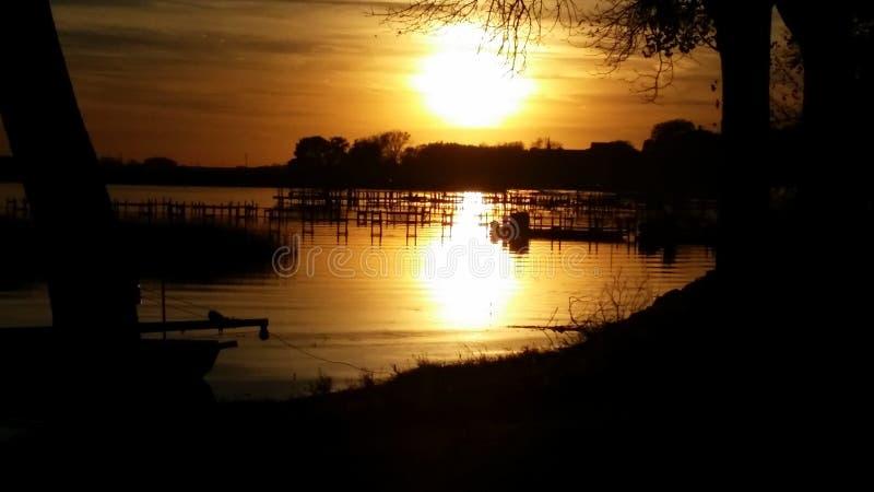 Sen nedgång på sjön fotografering för bildbyråer