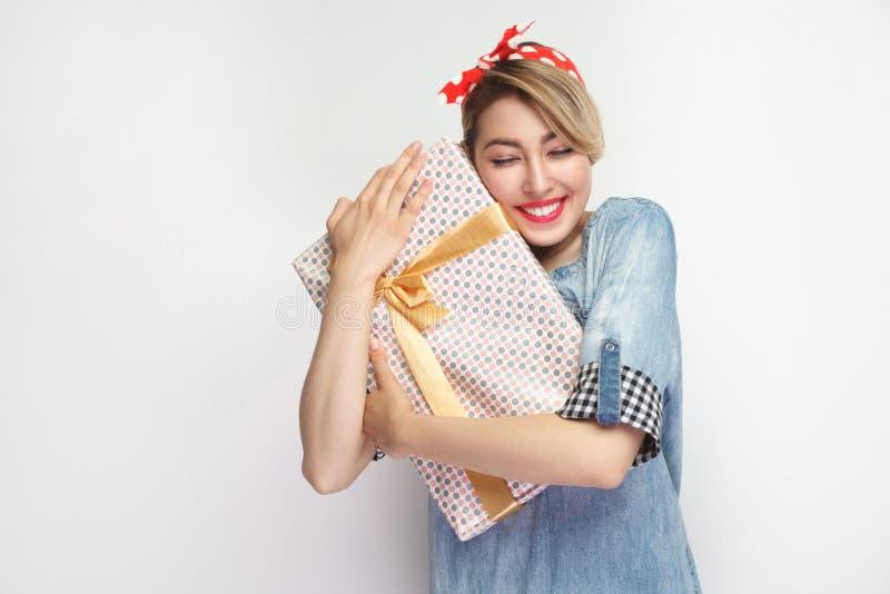 Sen przychodzi prawdziwego! Zadowolona młoda kobieta w przypadkowej błękitnej drelichowej koszula i czerwieni kapitałki pozycji,  obraz stock