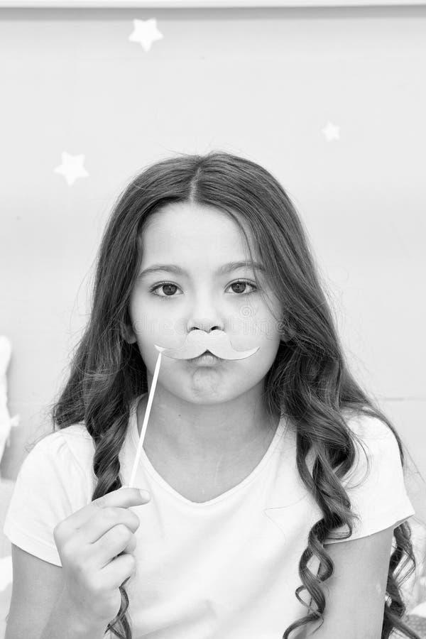 Sen przyjęcia fotografii budka wsparcia Dzieciak dziewczyna marszczył brwi pozować z różowym wąsy przyjęcia atrybutem Przygotowyw obraz stock