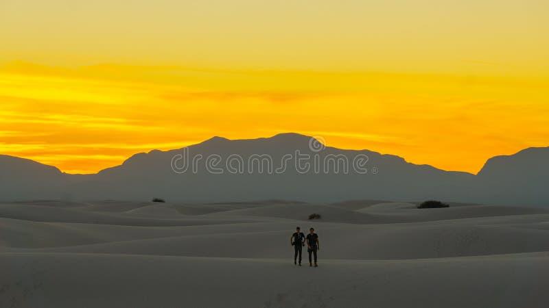 Sen solnedgång över de vita sanderna för öken av nytt - Mexiko royaltyfri foto