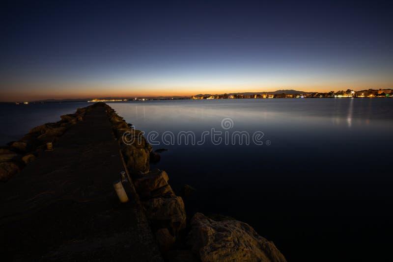 Sen solnedgånghimmelsikt över ett lugna hav royaltyfri fotografi