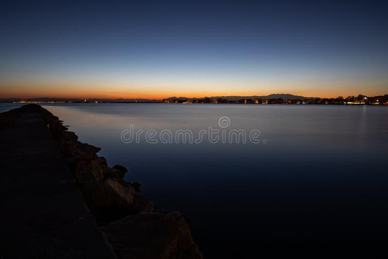 Sen solnedgånghimmelsikt över ett lugna hav arkivbilder