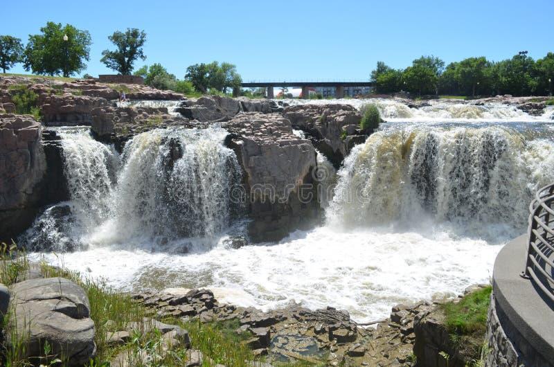 Sen vår på Sioux Falls på den stora Sioux River arkivbilder