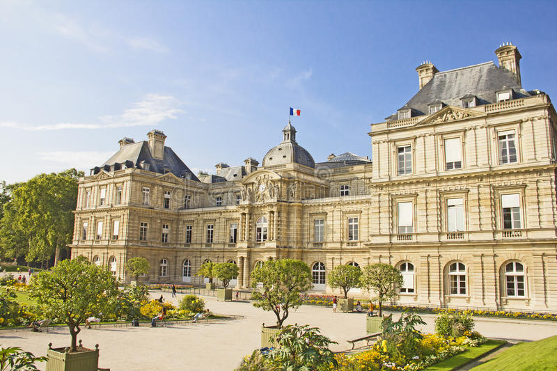 Senado francés y Jardin du Luxemburgo imagenes de archivo