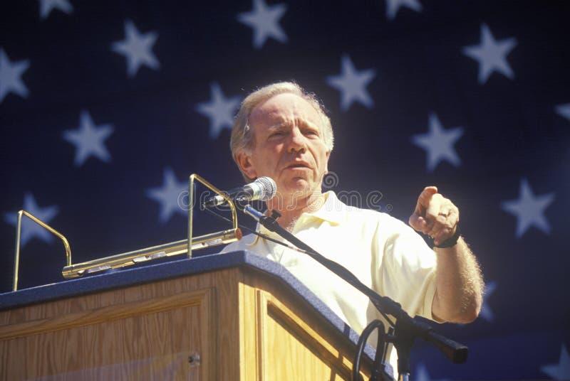 Senador Joe Lieberman hace campaña para el vicepresidente durante una reunión en la universidad de estado de California en Fresno fotografía de archivo libre de regalías