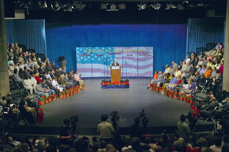 Senador John Kerry no pódio do endereço de política principal na economia, montes de CSU- Domínguez, Los Angeles, CA imagens de stock