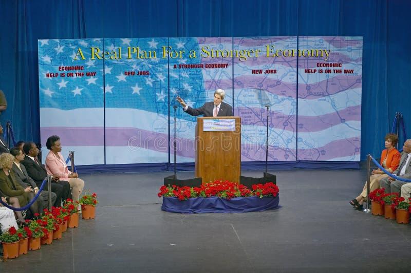 Senador John Kerry no pódio do endereço de política principal na economia, montes de CSU- Domínguez, Los Angeles, CA fotografia de stock royalty free