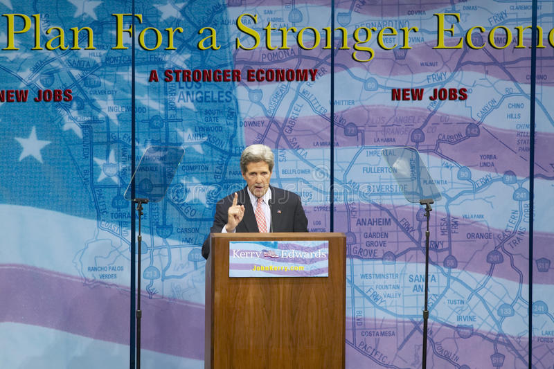 Senador John Kerry no pódio do endereço de política principal na economia, montes de CSU- Domínguez, Los Angeles, CA fotos de stock royalty free